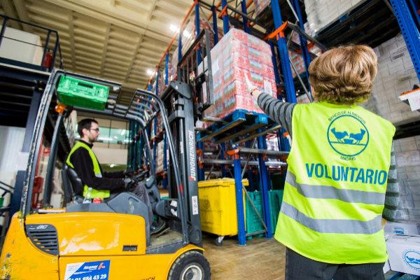 Voluntarios almacenando alimentos para campaña solidaria