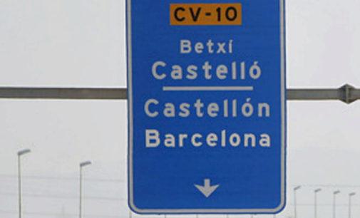 Rótulos de la CV-10 con el nombre de la ciudad en castellano y en valenciano.