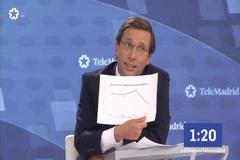 El candidato del PP a la Alcaldía de Madrid, José Luis Martínez-Almeida, muestra un gráfico durante el debate en Telemadrid.