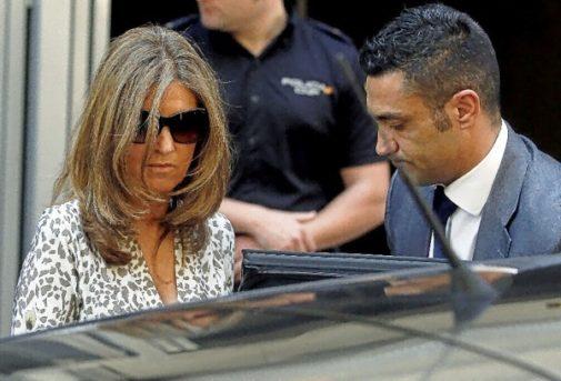 Sergio Ríos, conocido como El Cocinero en Interior (en la foto abriendo la puerta a la esposa de Bárcenas tras declarar ante el juez), pasaba por ser persona de total confianza. Pero les traicionó «por patriotismo»... y por 2000 euros al mes.