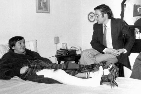 Tras el atentado perpetrado por los terroristas de Terra Lliure en 1981. Le pegaron un tiro en la pierna derecha. En su casa le visita el secretario de Tarradellas.