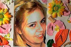Rocío, 24 años, y la carta que le ha escrito su madre. Falleció el 27 de abril de 2011.