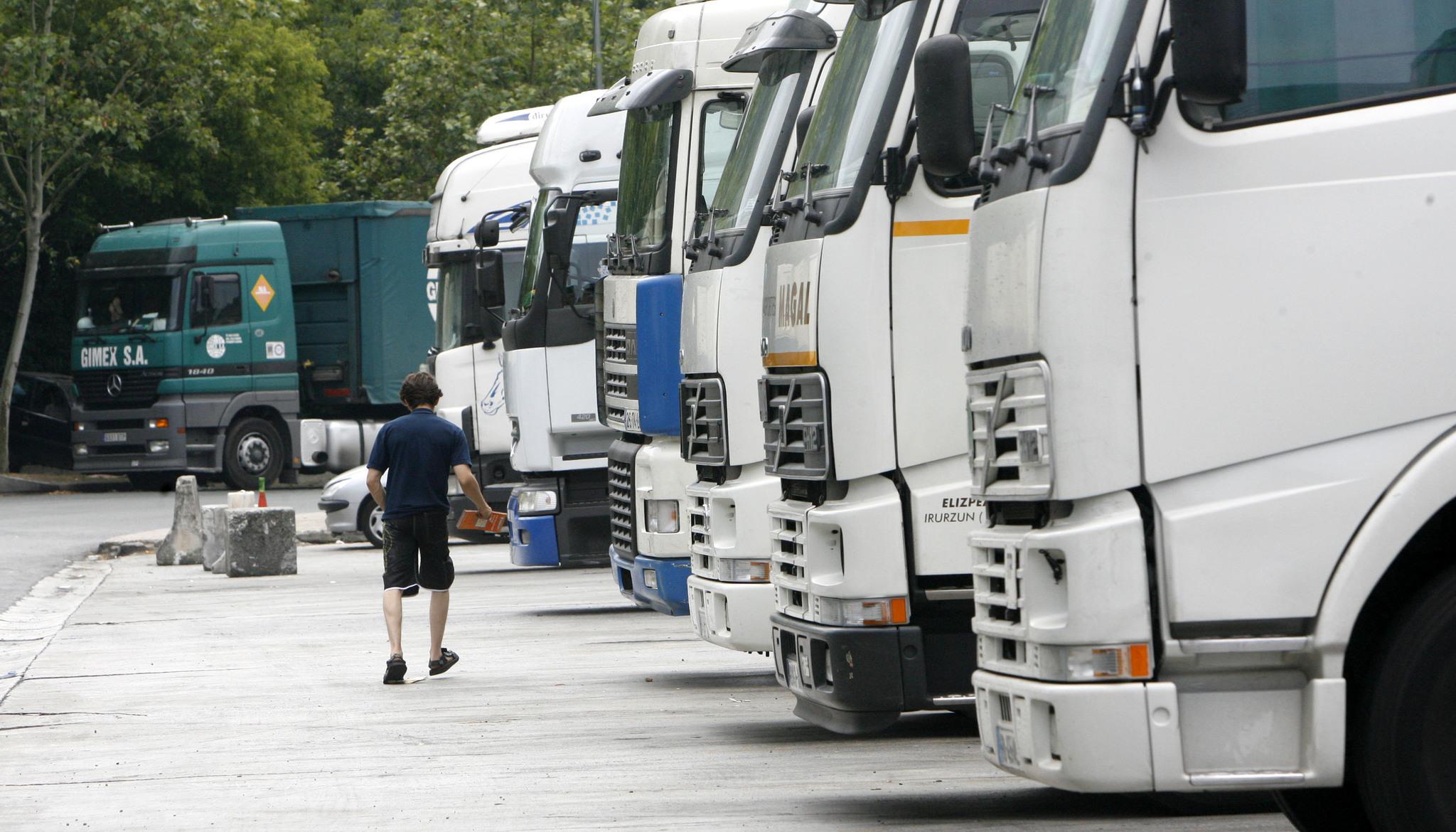 Varios camiones aparcados.