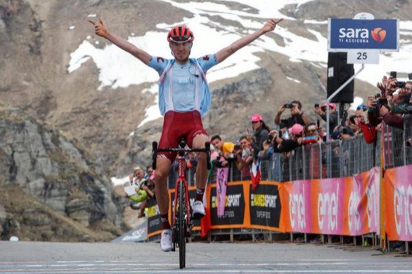 Ilnur Zakarin (Team Katusha) celebra su victoria en la cima.