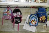 Mochilas colgadas en la zona de infantil del colegio La Salle de Palma.