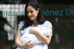 La política Begoña Villacís a la salida del Hospital Universitario Fundación Jiménez Díaz, con su hija Inés en brazos