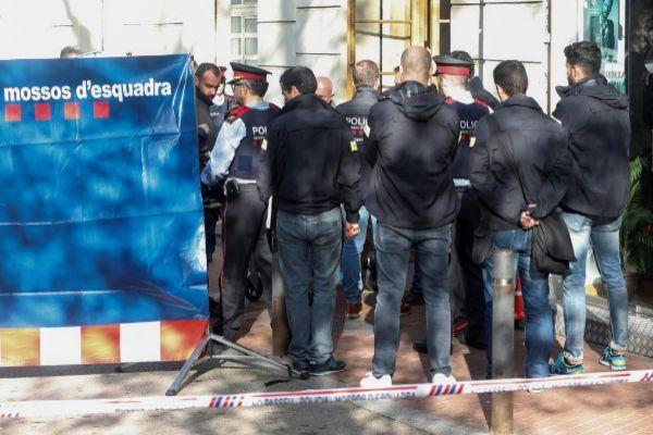 GRAF5675. BARCELONA.- Momento del traslado del cuerpo de la mujer que ha sido encontrado este martes en un local de la avenida <HIT>Mistral</HIT> de Barcelona.