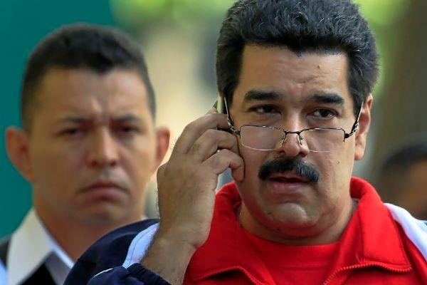 El líder venezolano Nicolás Maduro, durante una conversación telefónica por móvil, en Caracas.