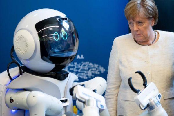 Angela Merkel, en la escuela de robótica de Múnich.