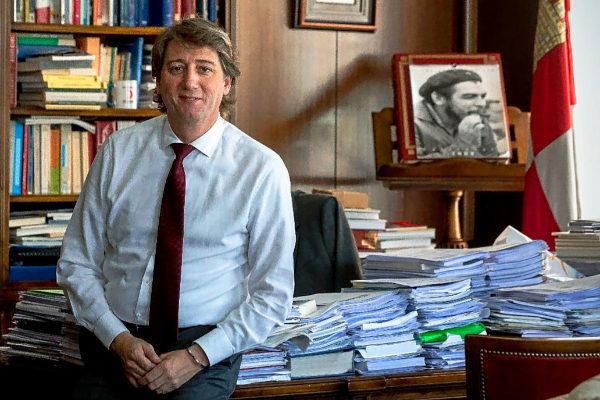 Carlos Martínez, alcalde de Soria, posa en el Ayuntamiento con un retrato del Che al fondo.