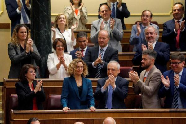 La diputada electa del PSOE por Barcelona y dirigente del PSC, Meritxell Batet (c), es aplaudida tras ser elegida este martes presidenta del Congreso para la XIII Legislatura durante la sesión constitutiva de las nuevas Cortes Generales que se celebra en el Congreso de los diputados de Madrid. EFE/ Ballesteros