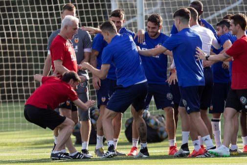 Los jugadores del Valencia CF bromean con su entrenador durante el entrenamiento en Jerez.