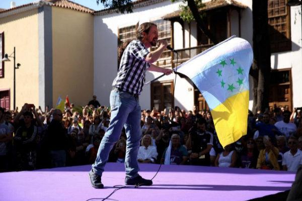 Pablo Iglesias ondea la bandera independentista canaria en el mitin en...