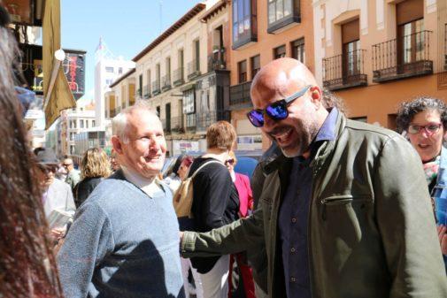 José García Molina, candidato de Podemos a la Junta de Castilla-La Mancha, saluda a un vecino, durante una visita a un pueblo.