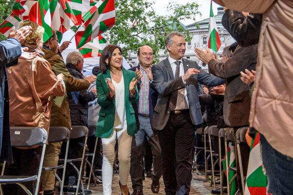 Izaskun Bilbao junto a Urkullu y Andoni Ortuzar.