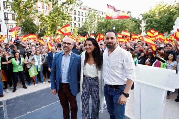 Jorge Buxadé, Rocío Monasterio y Santiago Abascal, en el acto de Vox.