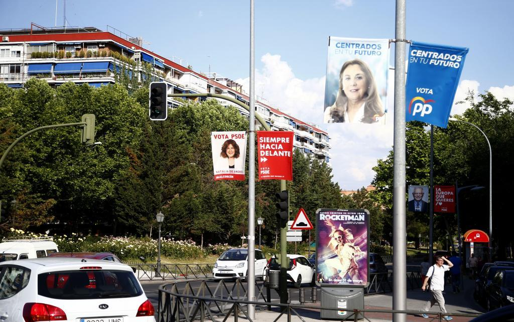 Carteles electorales en una calle de Alcorcón.
