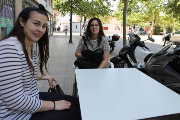 Dos clientas del Bar Zamorano, con la plaza de toros al fondo.