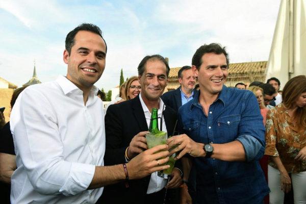 Ignaci Aguado y Albert Rivera, junto al candidato de Cs por Alcalá de Henares, Miguel Ángel Lezcano.
