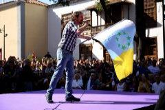 Pablo Iglesias ondea la bandera independentista canaria en el mitin en La Laguna (Tenerife).