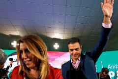 Pedro Sánchez saluda detrás de Susana Díaz en un acto del PSOE en Chiclana.