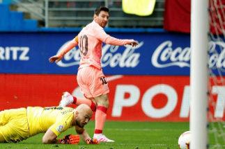 GRAF4217. EIBAR (GIPUZKOA).- El delantero argentino del Barcelona, Lionel <HIT>Messi</HIT> (d), anota su segundo gol ante el Eibar durante el partido de la Liga Santander de fútbol disputado hoy en el estadio de Ipurúa de Eibar (Guipúzcoa).