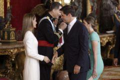 Luis Alfonso saluda a los Reyes de España