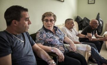 Ángeles, charlando con algunos presos y otros recién liberados, en el piso de Entrevías.