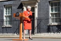 La primera ministra británica, Theresa May, se muestra visiblemente emocionada, tras anunciar que dimitirá el próximo 7 de junio, ayer, en Downing Street.