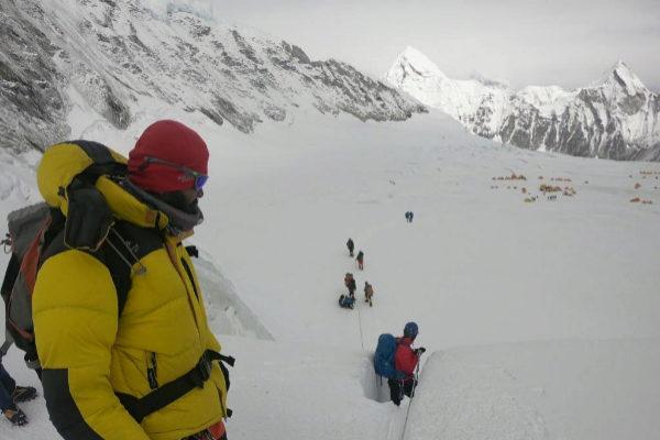 Montañeros caminan en una expedición por el Everest.