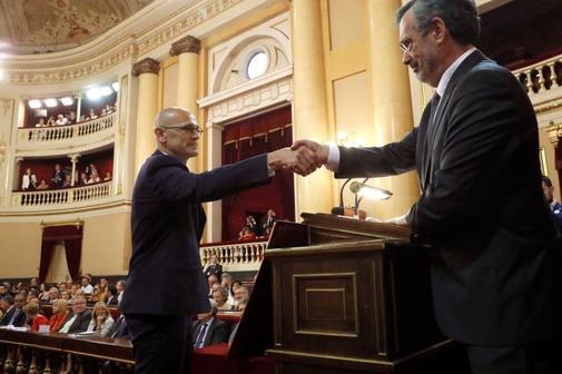 Manuel Cruz, presidente del Senado, saluda a Raúl Romeva, de ERC, durante la sesión constitutiva de la Cámara alta.
