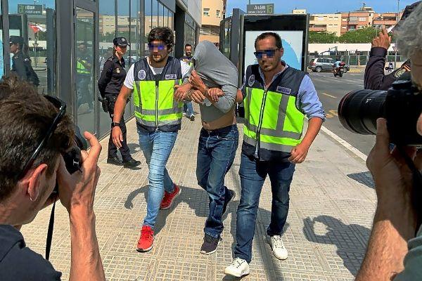Efectivos policiales trasladan a uno de los detenidos por los incendios de los juzgados de Ibiza y Es Viver.