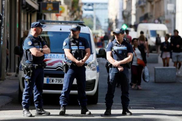 Policías vigilan las calles de Lyon tras las explosión.