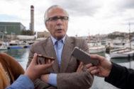 Baltasar Garzón, candidato a las elecciones europeas por el partido Actúa, atiende a la prensa en Mahón (Menorca).