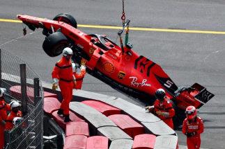 Vettel, tras estrellar su Ferrari contra las protecciones.