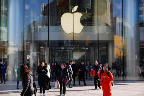 Transeúntes a las puertas de una tienda Apple en Pekín.