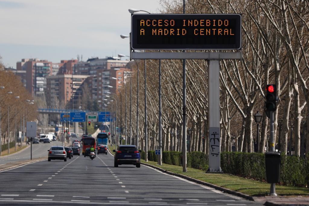 Carteles luminosos alertan de Madrid Central.