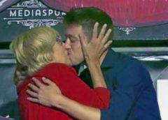 El beso de Carmena y Errejón en Medias Puri.