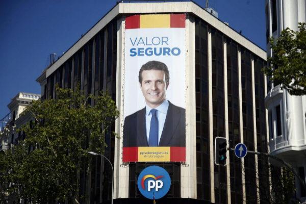 Imagen de Pablo Casado, presidente del PP, en un cartel colocado en la calle de Génova con motivo del 28-A.