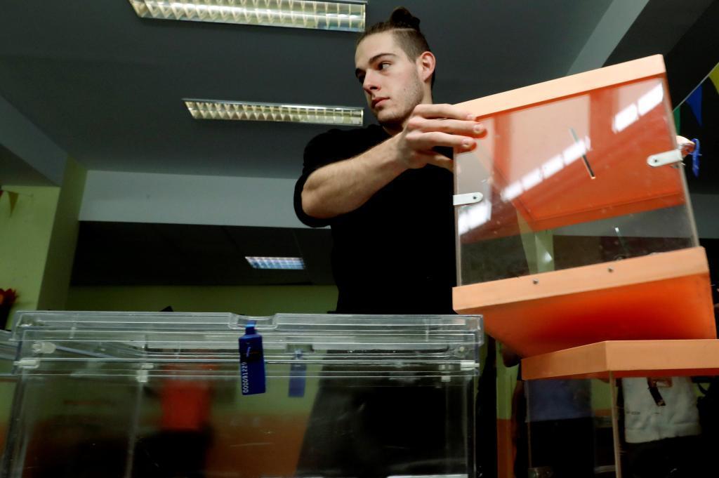 Preparativos electorales en un colegio de Madrid.
