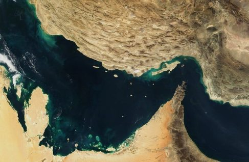 Vista satélite del estrecho de Ormuz, que vive ahora en estado prebélico minado de petroleros y buques de guerra.