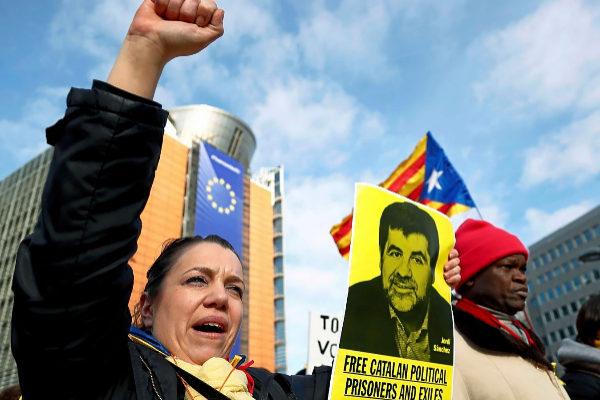 Partidarios del independentismo catalán se manifiestan, el pasado 12...