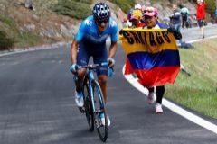 Golpe de mano de Carapaz: victoria de etapa y maglia rosa