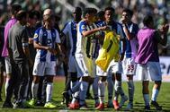 Tiquinho muestra una camiseta de Casillas, tras su gol en la final de Copa.