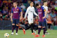 Messi, cabizbajo tras uno de los goles del Valencia en la final.