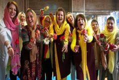 Un grupo de mujeres participan en un taller de yoga, en Teherán.