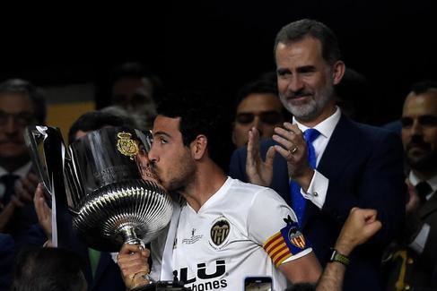 El Valencia conquista su octava Copa del Rey y profundiza en la herida del Barcelona