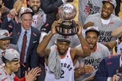 Kawhi Leonard levanta el trofeo de la Conferencia Este.