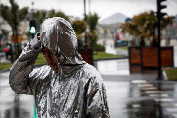 Jornada electoral de 'paraguas' con el temor de que influya en la participación