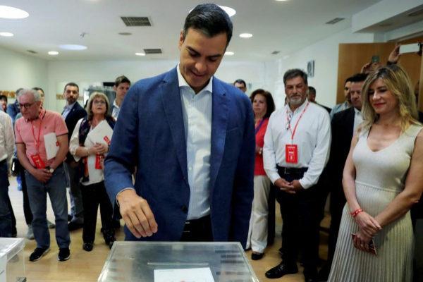 Pedro Sánchez junto a su esposa, Begoña Gómez, en su colegio electoral de Pozuelo de Alarcón.